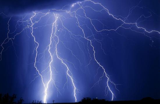 В одному з районів Черкащини блискавка влучила в електропідстанцію і залишила місто без води