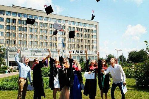 Скільки коштуватиме навчання в черкаських університетах? У МОН назвали мінімальні ціни контракту