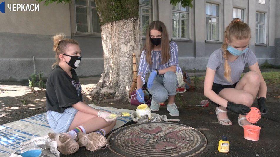 На Черкащині діти розмальовують каналізаційні люки (відео)
