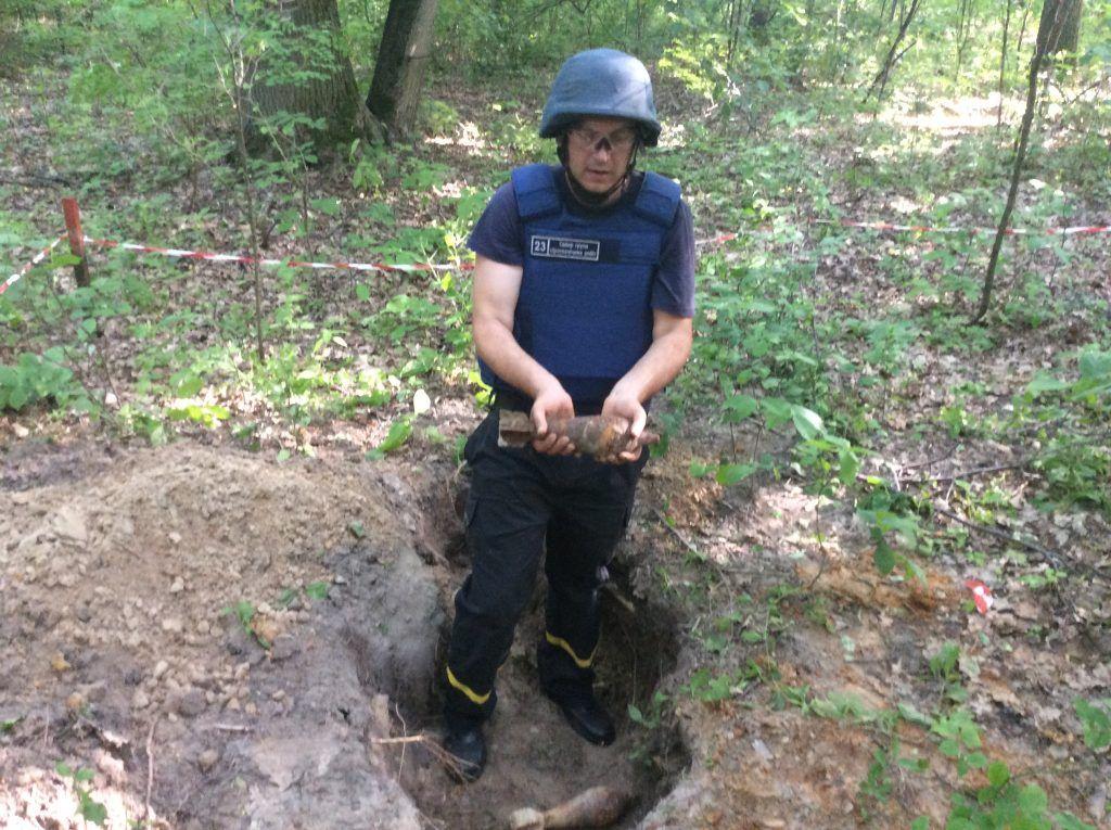 Рятувальники Черкащини дослідили територію на якій знайдено близько 50 мінометних мін (фото)