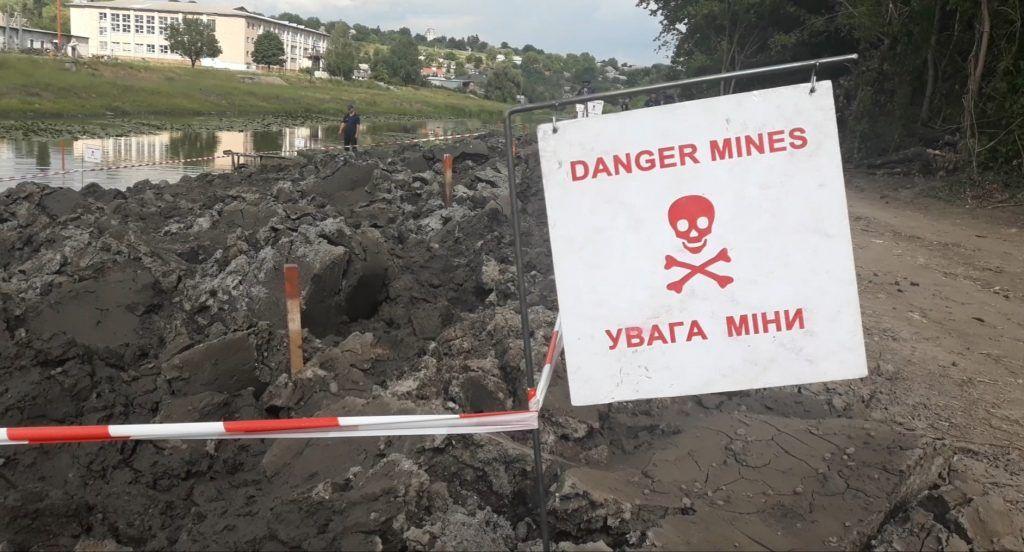 На Черкащині працівники розчищали річку, а знайшли вибухонебезпечний арсенал
