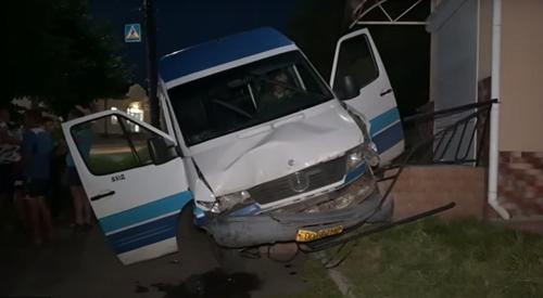 В Умані п'яний водій маршрутки потрощив машини, вилетів на тротуар і зупинився об магазин (відео)