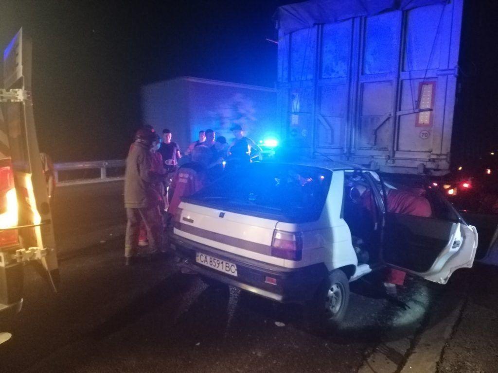 На Черкащині легковик зіткнувся з вантажівкою: є постраждалі