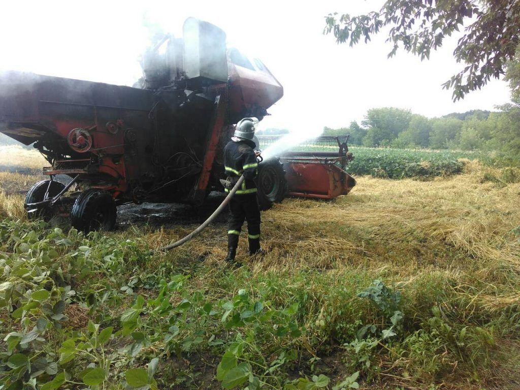 У Черкаській області під час руху спалахнув комбайн
