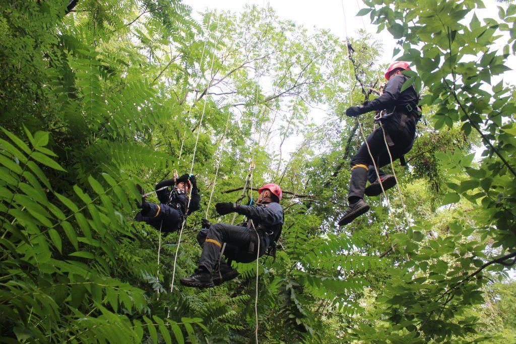 Черкаські надзвичайники навчалися рятувати людей на висоті (фото, відео)