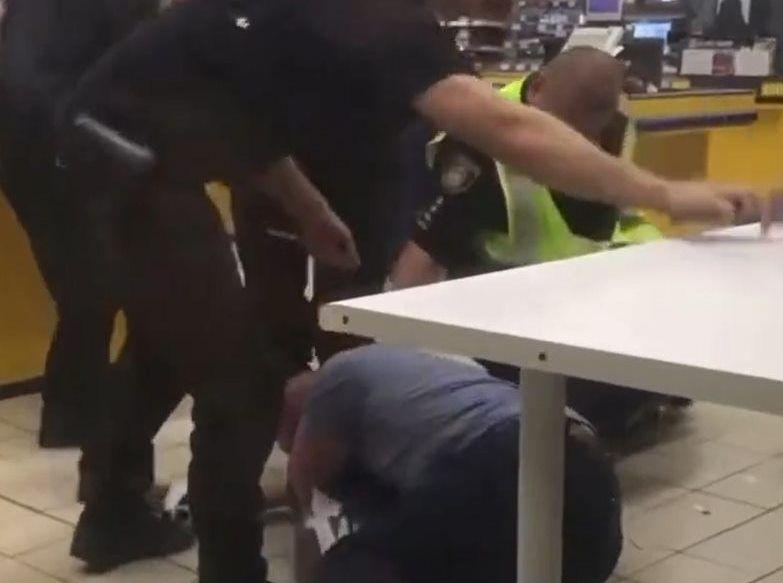 У Каневі зі скандалом затримали клієнтів супермаркету