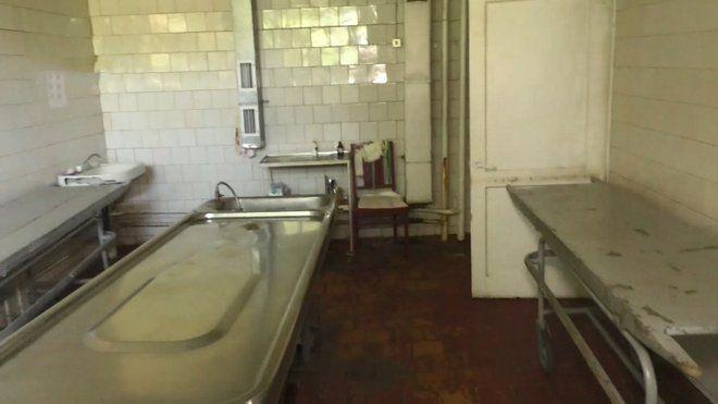 В моргу на Черкащині покійників тримають просто у коридорі на каталці