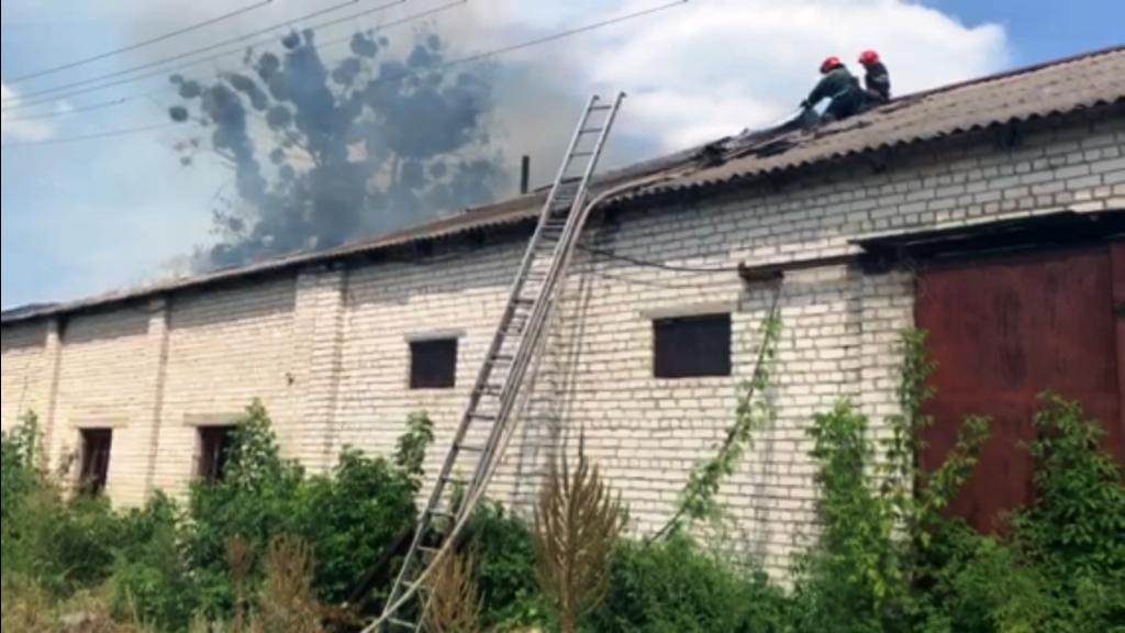 На Черкащині горіла будівля складу (фото)