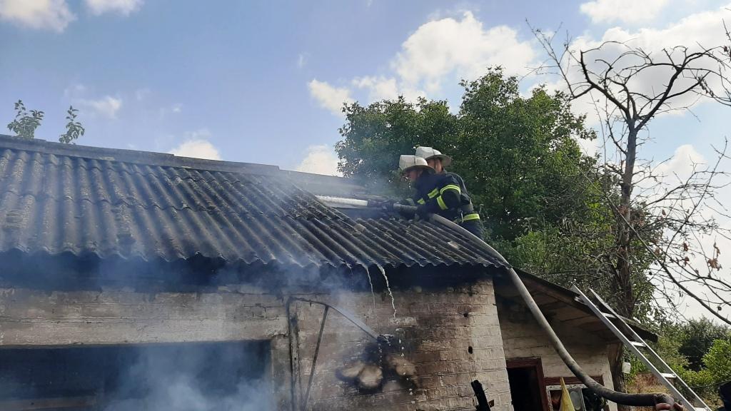 На Черкащині за вихідні рятувальники ліквідували понад 20 пожеж сухої трави та сміття (фото, відео)