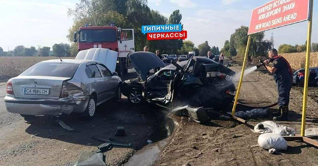 На Черкащині сталася ДТП за участі трьох автівок. Є постраждалі (фото)