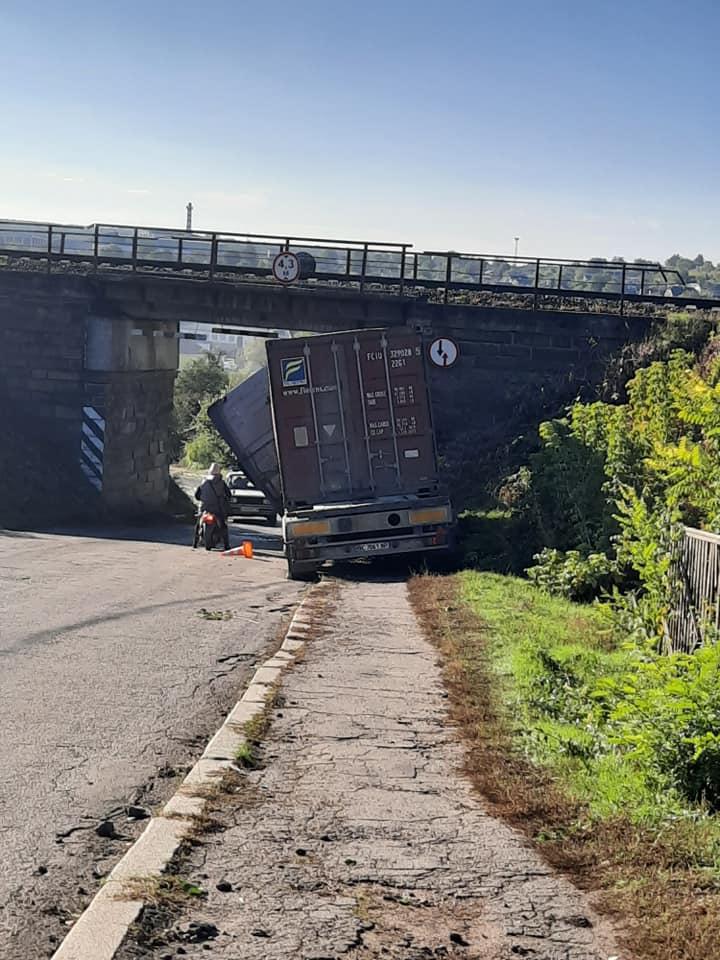 У Тальному вантажівка вилетіла на тротуар та врізалася в міст (фото)