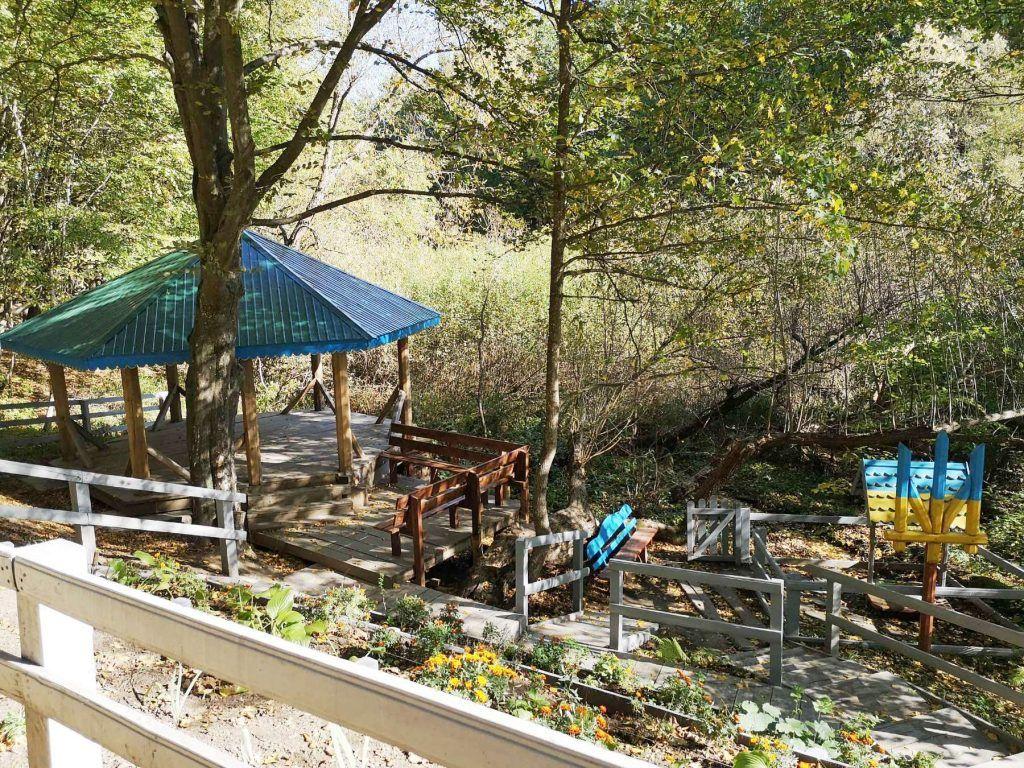 Кам'янські лісівники встановили рекреаційний пункт біля лісового джерела