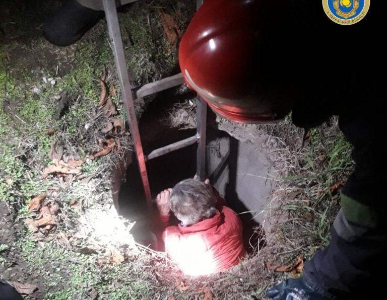 На Черкащині жінка впала до триметрової каналізаційної ями