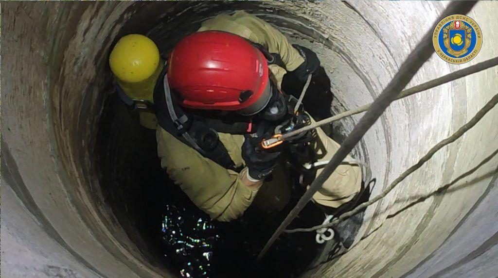 На Черкащині рятувальники дістали труп із 15-метрового колодязя (фото, відео)