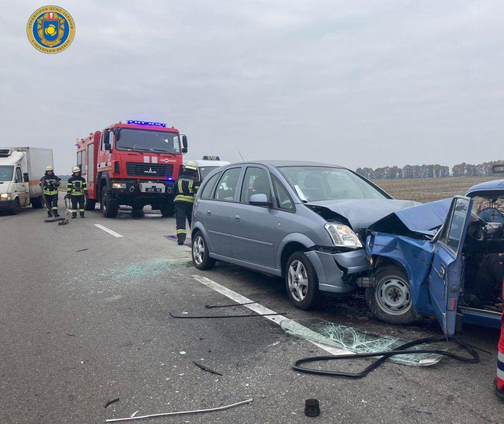 На Черкащині двох людей затисло в авто внаслідок ДТП