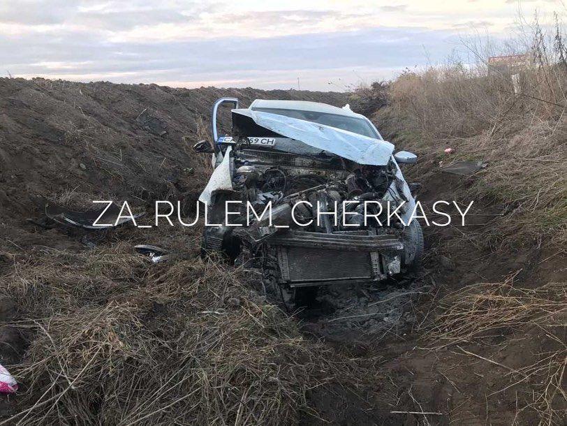 """""""Крутило ще метрів 40"""": на Черкащині автомобіль злетів у кювет (фото)"""