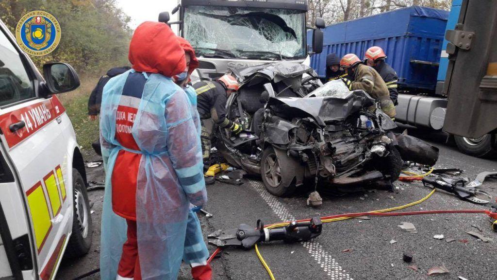 Смертельна ДТП на Уманщині: легковик затисло між двома вантажівками (фото)