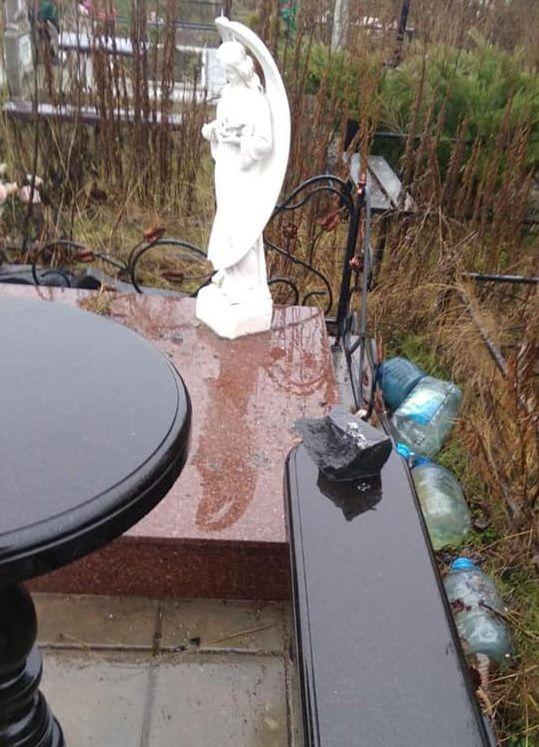 Вандали трощать пам'ятники на могилах молодих дівчат на черкаському кладовищі (фото)