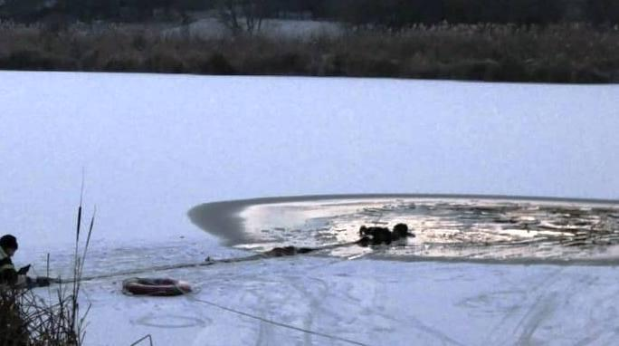 На Черкащині врятували чоловіка, який провалився під лід