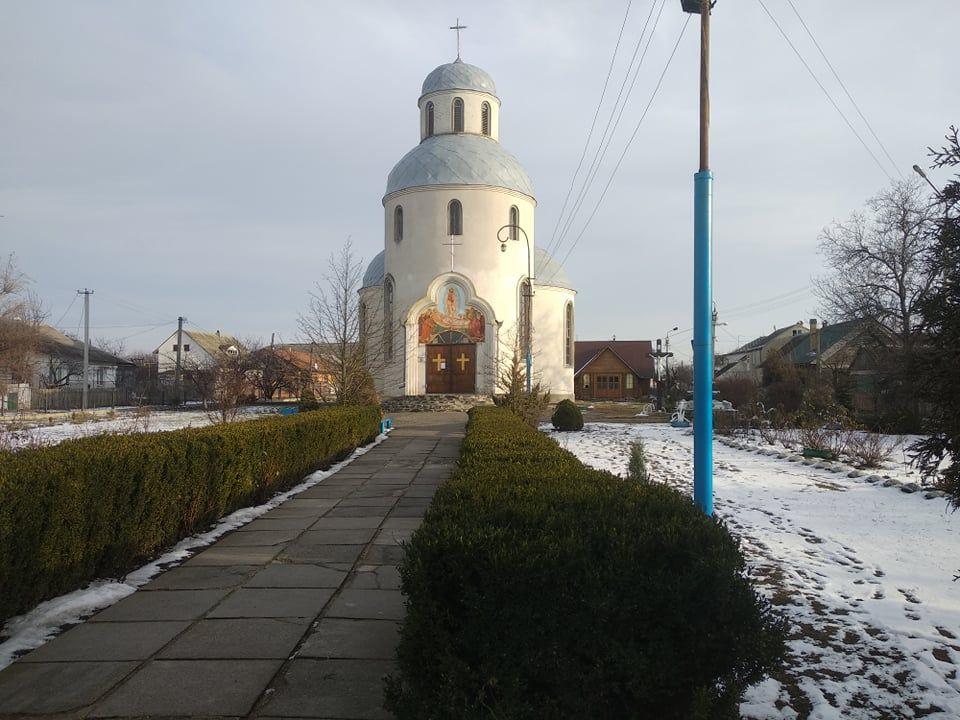 На Черкащині підлітки розбили вікно та хотіли зайнятися коханням у церкві