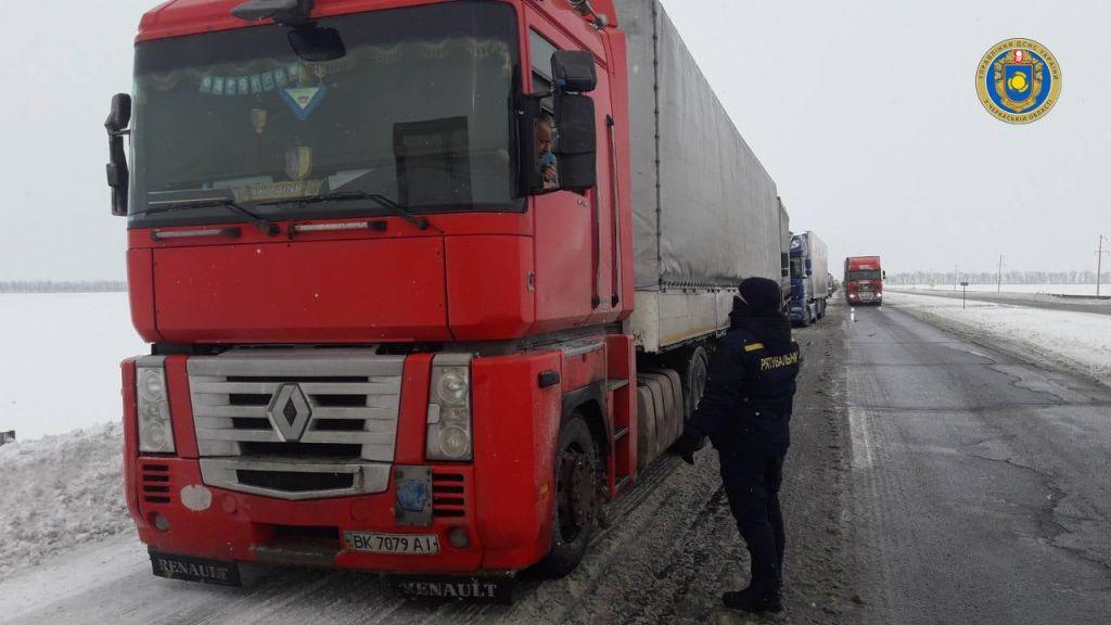 На Черкащині рятувальники допомогають водіям вантажного транспорту