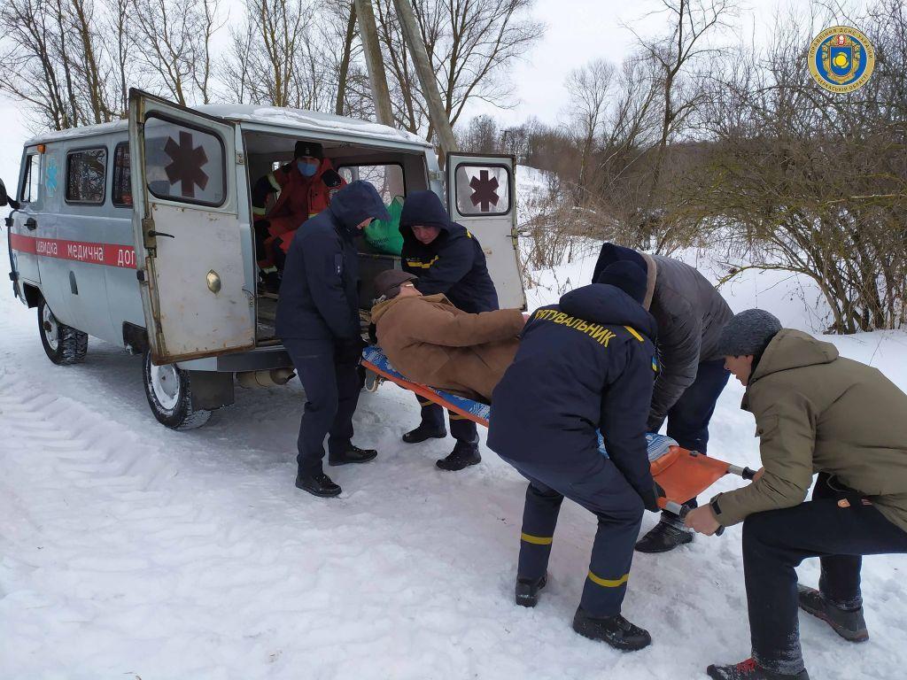 На Черкащині медики та рятувальники здолали пішки близько 2 км снігових заметів на шляху до хворого