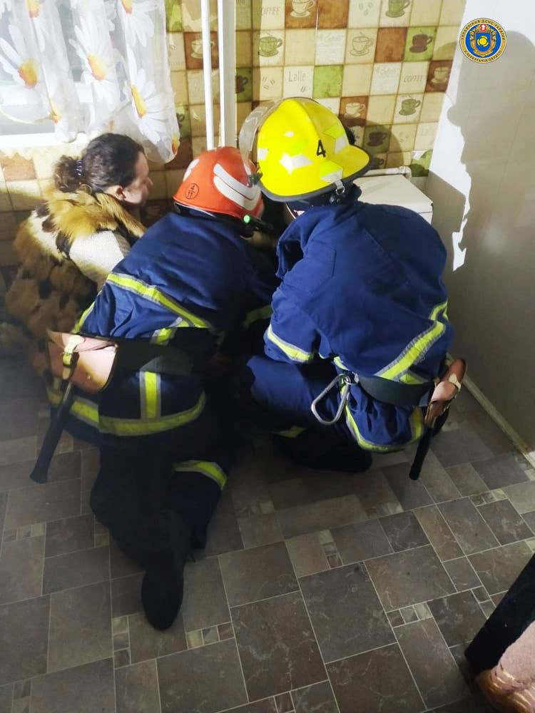 У Городищі рятували собаку, який застряг між стіною та газовою трубою
