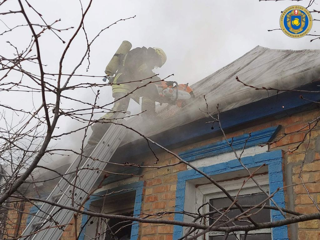 Через необережність з вогнем на Канівщині горів будинок (ФОТО)