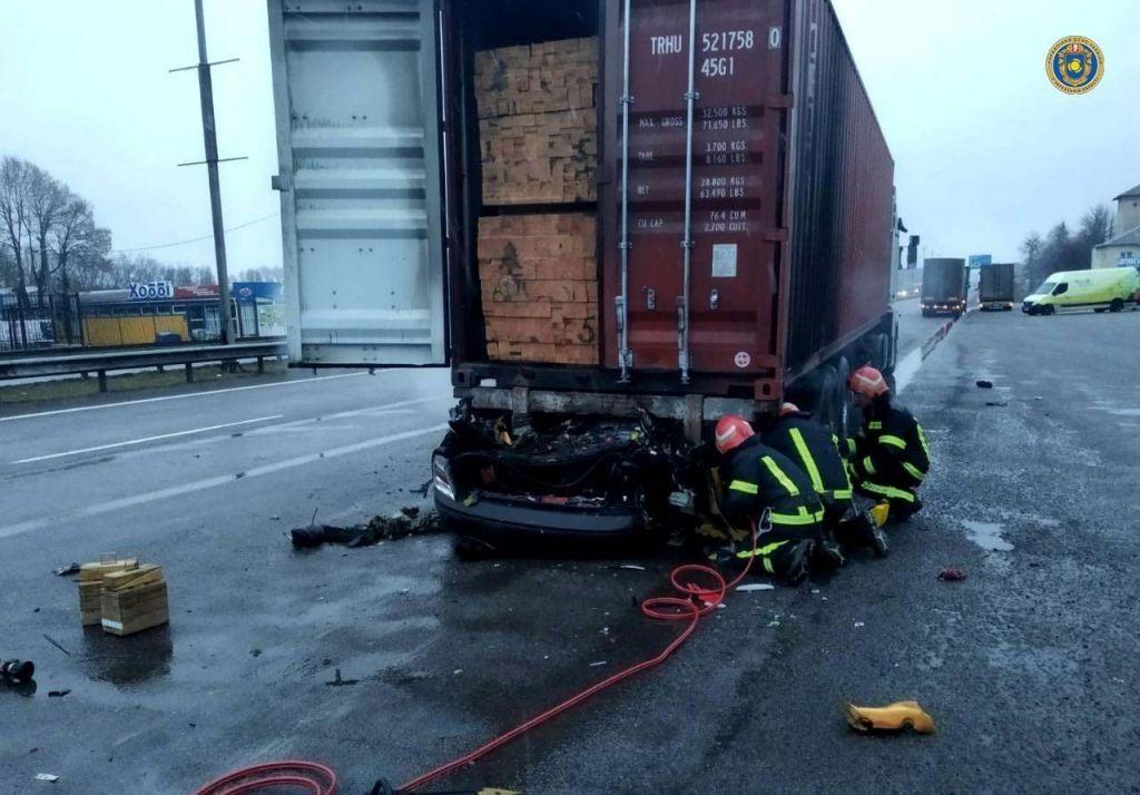 ДТП на Уманщині: вантажівка розчавила легковик (ФОТО)