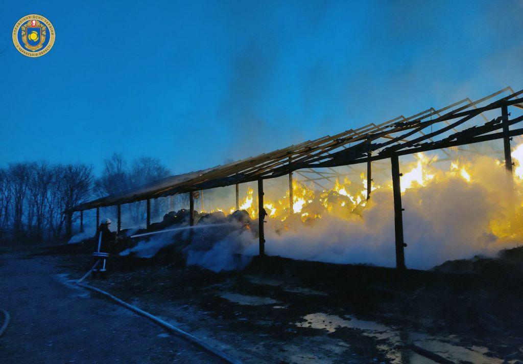 Під час пожежі на Черкащині згоріло 90 тонн соломи