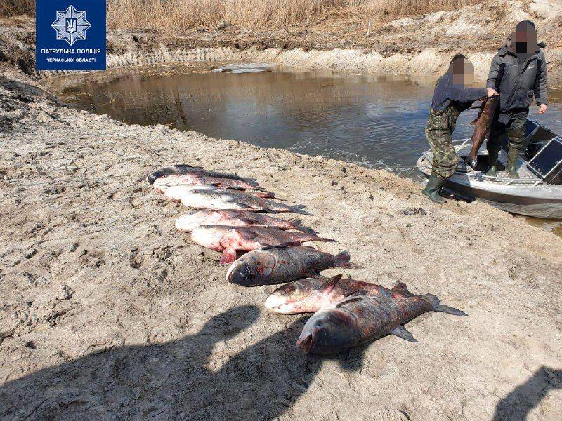 """На Черкащині """"на гарячому"""" спіймали браконьєрів, які незаконно виловлювали рибу"""