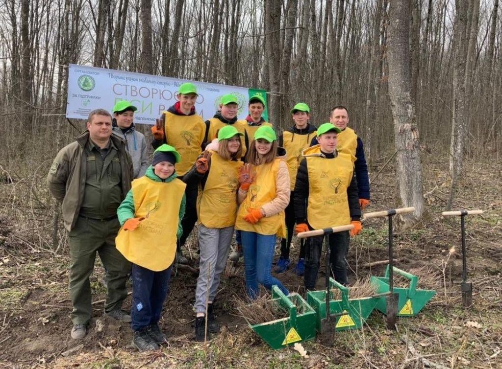На Черкащині школярі долучилися до садіння лісу