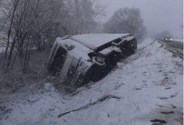 На Черкащині вантажівка злетіла у кювет (ФОТО)