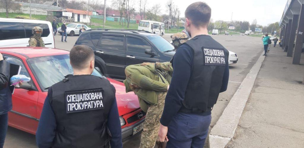 """На Черкащині затримали майора, який за хабар обіцяв допомогти призовнику """"відкосити"""" від армії"""