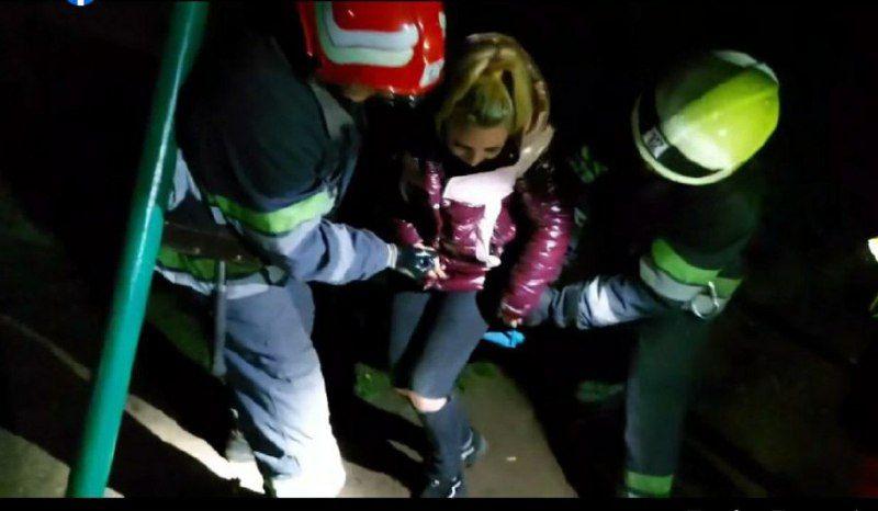 У Смілі рятувальники звільнили 22-річну дівчину, яка застрягла в дитячій гойдалці (ВІДЕО)