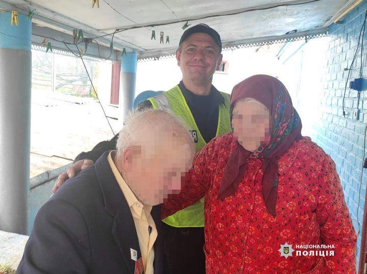 У переддень Великодня поліцейські повернули додому 95-річного дідуся, який заблукав