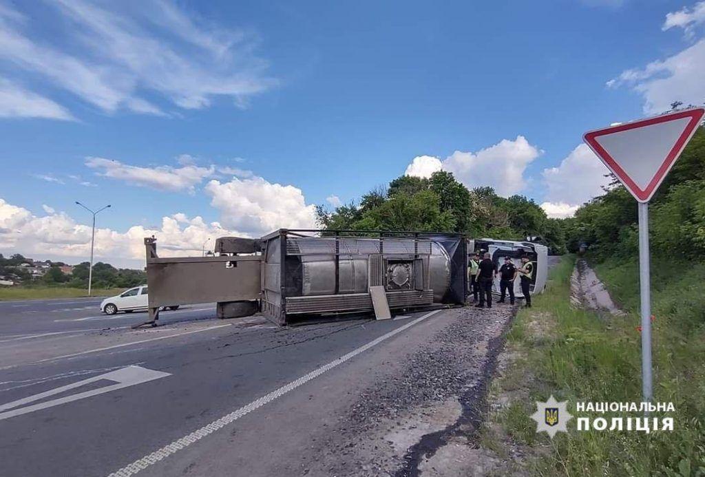 Поблизу Умані перекинулася вантажівка із міндобривом (ФОТО)