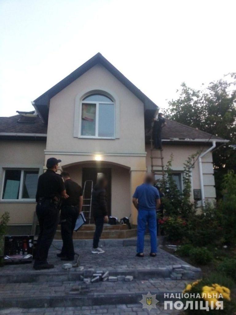 Поліція розшукує зловмисників, які кинули гранату в будинок підприємця із Черкащини