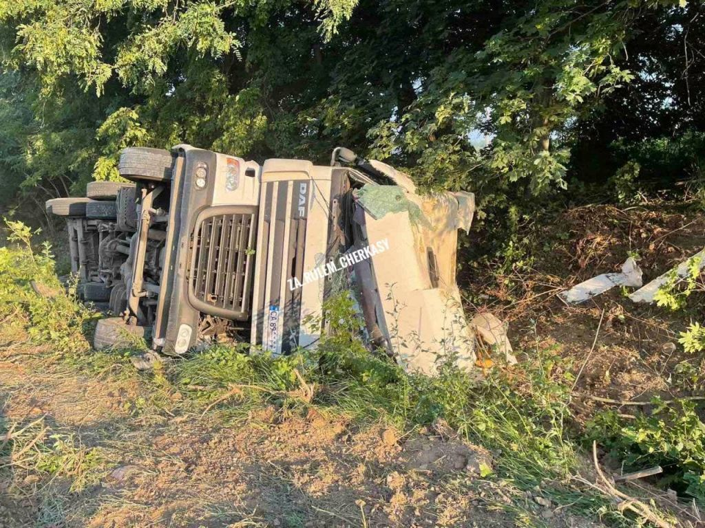 Внаслідок ДТП на Черкащині перекинулась вантажівка (ФОТО)