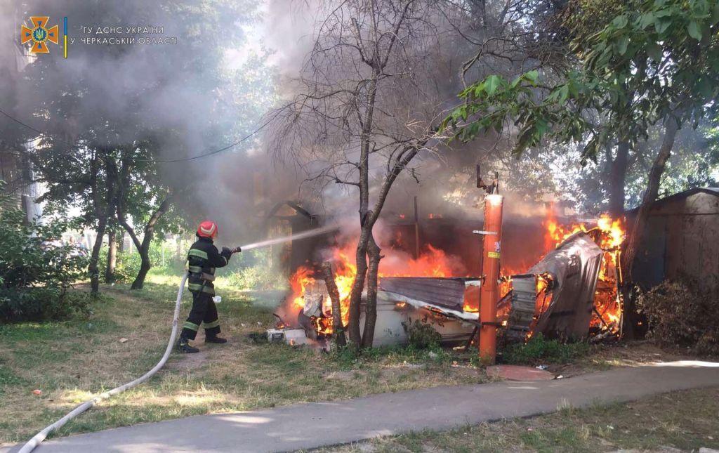 На Уманщині рятувальники ліквідували пожежу в кемпінг-причепі