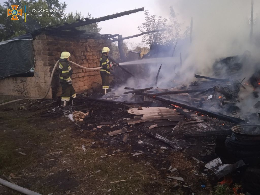В пожежі на Черкащині згорів мопед та кілька тон сіна (ВІДЕО)
